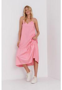 Answear Lab - Sukienka. Kolor: różowy. Materiał: tkanina. Długość rękawa: na ramiączkach. Typ sukienki: rozkloszowane. Styl: wakacyjny