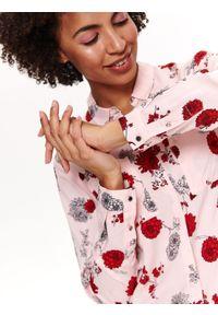 TOP SECRET - Koszula długi rękaw damska w kwiaty. Okazja: na co dzień. Kolor: różowy. Materiał: tkanina. Długość rękawa: długi rękaw. Długość: długie. Wzór: kwiaty. Sezon: lato, wiosna. Styl: casual