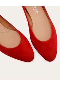 BALAGAN - Czerwone baleriny z zamszu Mishor. Kolor: czerwony. Materiał: zamsz. Obcas: na płaskiej podeszwie. Styl: klasyczny