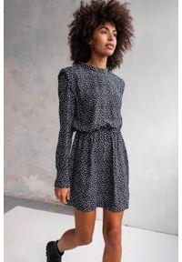 Marsala - Sukienka z poduszkami na ramionach czarna z printem - CALVADOS BY MARSALA. Okazja: do pracy, na imprezę, na spotkanie biznesowe. Typ kołnierza: kołnierzyk stójkowy. Kolor: czarny. Materiał: bawełna, wiskoza. Wzór: nadruk. Typ sukienki: proste. Styl: biznesowy, elegancki