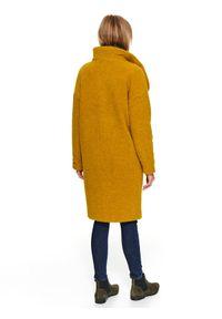 TOP SECRET - Wełniany płaszcz ze stójką. Typ kołnierza: kołnierzyk stójkowy. Kolor: żółty. Materiał: wełna. Długość: do kolan. Sezon: zima, jesień. Styl: elegancki #3