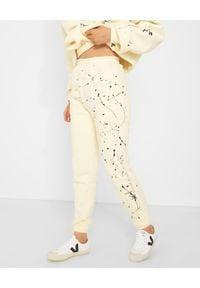 JOANNA MUZYK - Spodnie dresowe ecru Love Me. Stan: podwyższony. Kolor: beżowy. Materiał: dresówka. Wzór: napisy, aplikacja