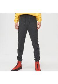 Szare spodnie Cropp z aplikacjami