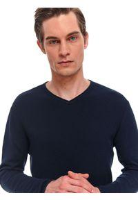 Niebieski sweter TOP SECRET klasyczny, z dekoltem w serek, w kolorowe wzory