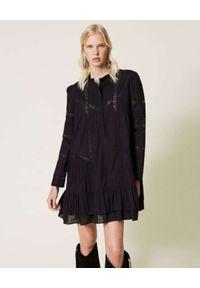 TwinSet - TWINSET - Czarna sukienka z koronkowymi wstawkami. Kolor: czarny. Materiał: koronka. Wzór: haft, kwiaty, aplikacja. Długość: midi