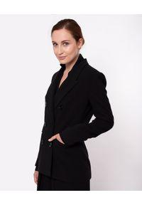 MARLU - Czarna dwurzędowa marynarka Grace. Okazja: do pracy, na co dzień, na spotkanie biznesowe. Kolor: czarny. Materiał: jeans, wełna, elastan. Styl: biznesowy, casual