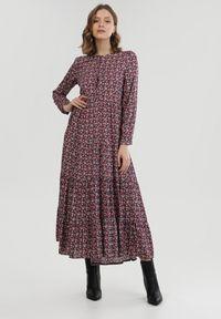 Born2be - Fioletowa Sukienka Amylia. Kolor: fioletowy. Długość rękawa: długi rękaw. Wzór: kwiaty. Typ sukienki: proste. Styl: klasyczny. Długość: maxi