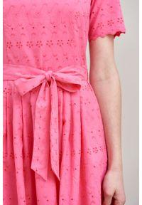 Marie Zélie - Sukienka Elina fuksjowa haftowana krótki rękaw. Materiał: bawełna, materiał. Długość rękawa: krótki rękaw. Wzór: haft. Typ sukienki: rozkloszowane. Styl: klasyczny