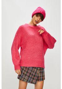 Różowy sweter medicine z okrągłym kołnierzem, casualowy