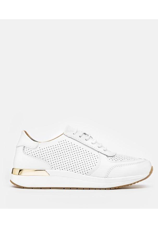 Kazar - Białe sneakersy damskie. Kolor: biały. Materiał: jeans, dzianina, skóra, dresówka. Szerokość cholewki: normalna. Sport: turystyka piesza