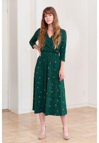 Marie Zélie - Sukienka Rita Arbustum zielona. Typ kołnierza: dekolt kopertowy. Kolor: zielony. Materiał: wiskoza, dzianina, materiał, elastan, tkanina. Długość rękawa: krótki rękaw. Sezon: jesień. Typ sukienki: proste, kopertowe
