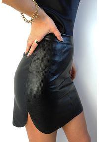 IVON - Czarna Mini Spódniczka z Fakturowanej Eko-Skóry. Kolor: czarny. Materiał: skóra