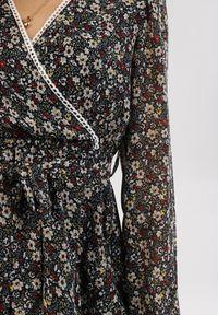 Born2be - Czarna Sukienka Kalliseise. Typ kołnierza: kołnierz z falbankami. Kolor: czarny. Wzór: kwiaty