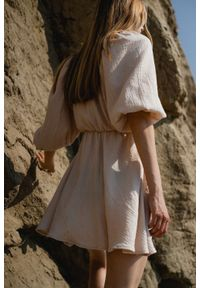 Marsala - Sukienka muślinowa z dekoltem na zakładkę jasny beż - SHY BY MARSALA. Kolor: beżowy. Materiał: bawełna. Sezon: lato. Typ sukienki: kopertowe