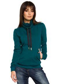 MOE - Zielona Bluza z Wysokim Kołnierzem. Kolor: zielony. Materiał: wiskoza, poliester, bawełna