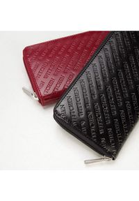 Wittchen - Damski portfel z tłoczonej skóry podłużny. Kolor: czarny. Materiał: skóra. Wzór: napisy, gładki