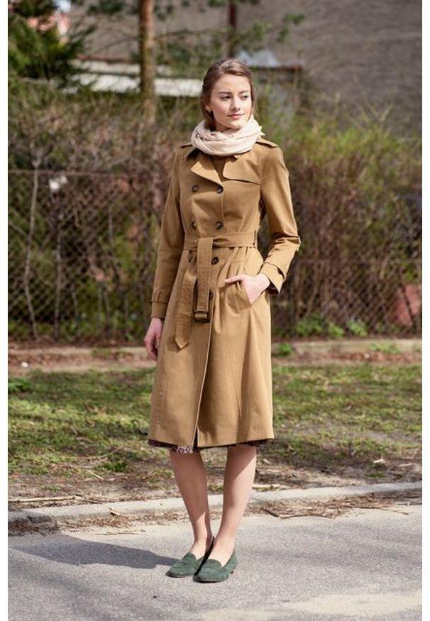 Marie Zélie - Trencz Adria bawełna z elastanem kamelowy. Materiał: bawełna, elastan. Sezon: lato. Styl: klasyczny