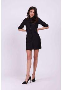 Nommo - Czarna Koszulowa Mini Sukienka na Stójce. Typ kołnierza: kołnierzyk stójkowy. Kolor: czarny. Materiał: wiskoza, poliester. Typ sukienki: koszulowe. Długość: mini