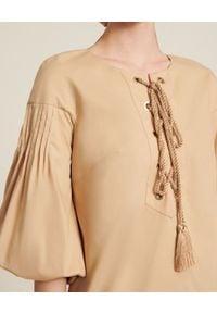 Luisa Spagnoli - LUISA SPAGNOLI - Sukienka z bufiastymi rękawami Patrimonio. Kolor: beżowy. Wzór: aplikacja. Długość: mini