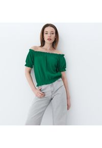 Zielona bluzka Mohito z dekoltem typu hiszpanka