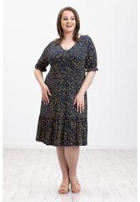Moda Size Plus Iwanek - Granatowa sukienka Alina z nadrukiem XXL OVERSIZE LATO. Typ kołnierza: dekolt w kształcie V. Kolor: niebieski. Materiał: elastan, wiskoza, dzianina. Wzór: nadruk. Sezon: lato. Typ sukienki: oversize #1