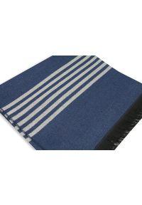 Niebieski szalik Adriano Guinari na zimę, w paski