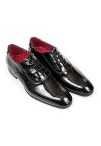 Modini - Czarne lakierki - wiedenki / oxfordy 6900-lakier T31. Kolor: czarny. Materiał: lakier. Styl: klasyczny