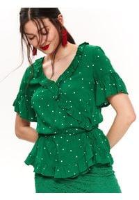 TOP SECRET - Bluzka kopertowa w groszki. Typ kołnierza: dekolt w kształcie V. Kolor: zielony. Materiał: materiał. Długość rękawa: krótki rękaw. Długość: krótkie. Wzór: grochy. Sezon: zima