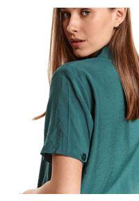 TOP SECRET - Koszula z wiązaniem i krótkim rękawkiem. Typ kołnierza: dekolt w kształcie V. Kolor: zielony. Materiał: materiał. Długość rękawa: krótki rękaw. Długość: krótkie. Sezon: lato