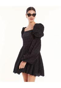 CAROLINE CONSTAS - Czarna sukienka z haftem Wren. Kolor: czarny. Materiał: bawełna. Wzór: haft. Typ sukienki: dopasowane. Długość: mini