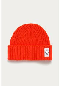 Czerwona czapka z aplikacjami