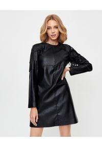 Pinko - PINKO - Czarna sukienka z frędzlami Tosco. Okazja: na randkę. Kolor: czarny. Materiał: poliester. Długość rękawa: długi rękaw. Typ sukienki: proste. Styl: elegancki. Długość: mini