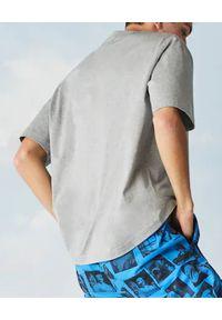 Lacoste - LACOSTE - Szary t-shirt z nadrukiem. Okazja: na co dzień. Kolor: szary. Materiał: jeans. Wzór: nadruk. Styl: casual