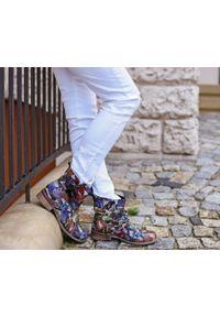 Zapato - botki - skóra naturalna - model 458 - kolor motyl. Okazja: na co dzień. Nosek buta: okrągły. Zapięcie: bez zapięcia. Materiał: skóra. Szerokość cholewki: normalna. Wzór: aplikacja, nadruk. Obcas: na obcasie. Styl: casual, klasyczny, elegancki. Wysokość obcasa: niski