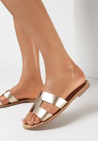 Born2be - Złote Klapki Caphanorus. Nosek buta: okrągły. Kolor: złoty. Wzór: aplikacja. Sezon: lato