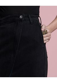 ONETEASPOON - Czarna jeansowa spódnica Society. Okazja: do pracy, na spotkanie biznesowe, na co dzień. Stan: podwyższony. Kolor: czarny. Materiał: jeans. Wzór: aplikacja. Styl: biznesowy, elegancki, casual #6