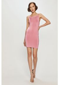 Różowa sukienka Guess na ramiączkach, mini, dopasowana