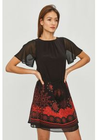 Desigual - Sukienka. Kolor: czarny. Materiał: tkanina. Długość rękawa: krótki rękaw. Typ sukienki: rozkloszowane