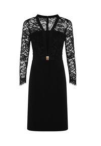 CATERINA - Czarna sukienka z koronką. Typ kołnierza: kokarda. Kolor: czarny. Materiał: koronka. Długość rękawa: długi rękaw. Wzór: koronka. Typ sukienki: proste, kopertowe, dopasowane. Styl: wizytowy, elegancki
