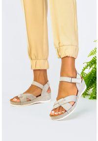 Casu - Szare sandały na koturnie na rzep polska skóra casu 0473. Zapięcie: rzepy. Kolor: szary. Materiał: skóra. Obcas: na koturnie