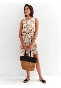 TOP SECRET - Krótka sukienka z nadrukiem. Kolor: beżowy. Materiał: tkanina. Długość rękawa: na ramiączkach. Wzór: nadruk. Sezon: lato. Styl: wakacyjny. Długość: mini