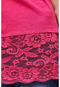 Różowa bluzka MOODO w koronkowe wzory, z okrągłym kołnierzem