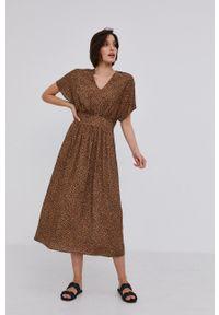 Answear Lab - Sukienka. Kolor: brązowy. Materiał: tkanina. Długość rękawa: krótki rękaw. Typ sukienki: rozkloszowane. Styl: wakacyjny