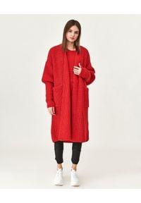 MMC STUDIO - Czerwony kardigan z kieszeniami Joa. Kolor: czerwony. Materiał: materiał. Długość: długie