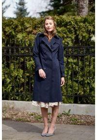 Marie Zélie - Trencz Adria bawełna z elastanem granatowy. Kolor: niebieski. Materiał: bawełna, elastan. Sezon: lato. Styl: klasyczny #3