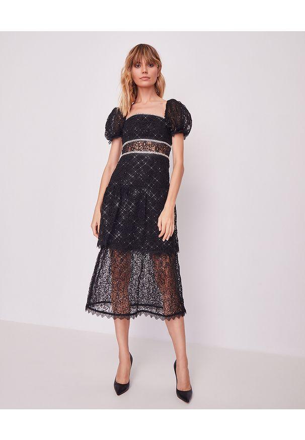 SELF PORTRAIT - Koronkowa sukienka z cekinami. Okazja: na sylwestra. Typ kołnierza: dekolt kwadratowy. Kolor: czarny. Materiał: koronka. Wzór: koronka, aplikacja. Długość: midi