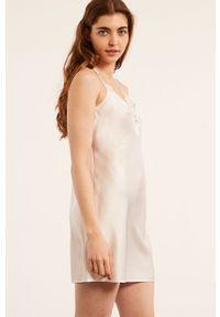 Etam - Koszula nocna ROMARIN. Kolor: beżowy. Materiał: satyna, materiał, koronka. Wzór: ze splotem