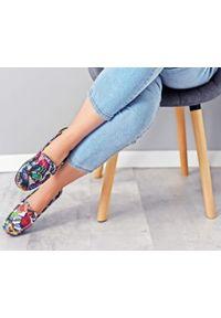 Zapato - mokasyny damskie - skóra naturalna - model 001 - kolor motyl. Zapięcie: bez zapięcia. Materiał: skóra. Wzór: kolorowy, kwiaty. Sezon: wiosna, lato. Obcas: na obcasie. Styl: klasyczny. Wysokość obcasa: niski