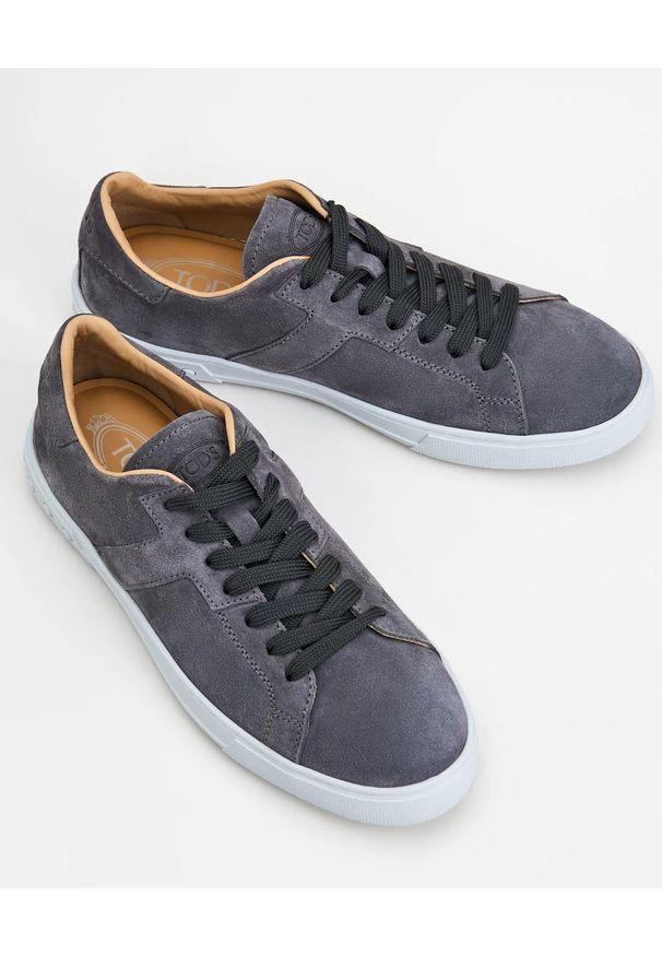 TOD'S - Szare sneakersy z monogramem. Nosek buta: okrągły. Kolor: szary. Materiał: guma, zamsz