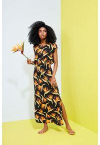 MOODO - Sukienka z wiskozy z nadrukiem. Okazja: do pracy, na plażę, na co dzień. Materiał: wiskoza. Wzór: nadruk. Typ sukienki: proste. Styl: casual. Długość: maxi